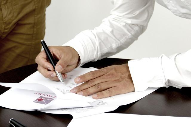 co powinna zawierać umowa o pracę